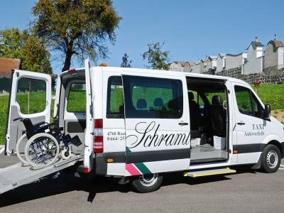 Bus mit Rollstuhlrampe
